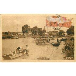 17 L'EGUILLE. Les Ostréiculteurs dans le Port préparant les collecteurs pour les naissains d'Huîtres