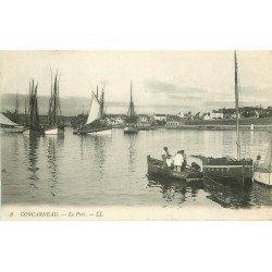 29 CONCARNEAU. Dans le Port Pêcheurs en barque rejoignant leu Bateaux de Pêche 1916