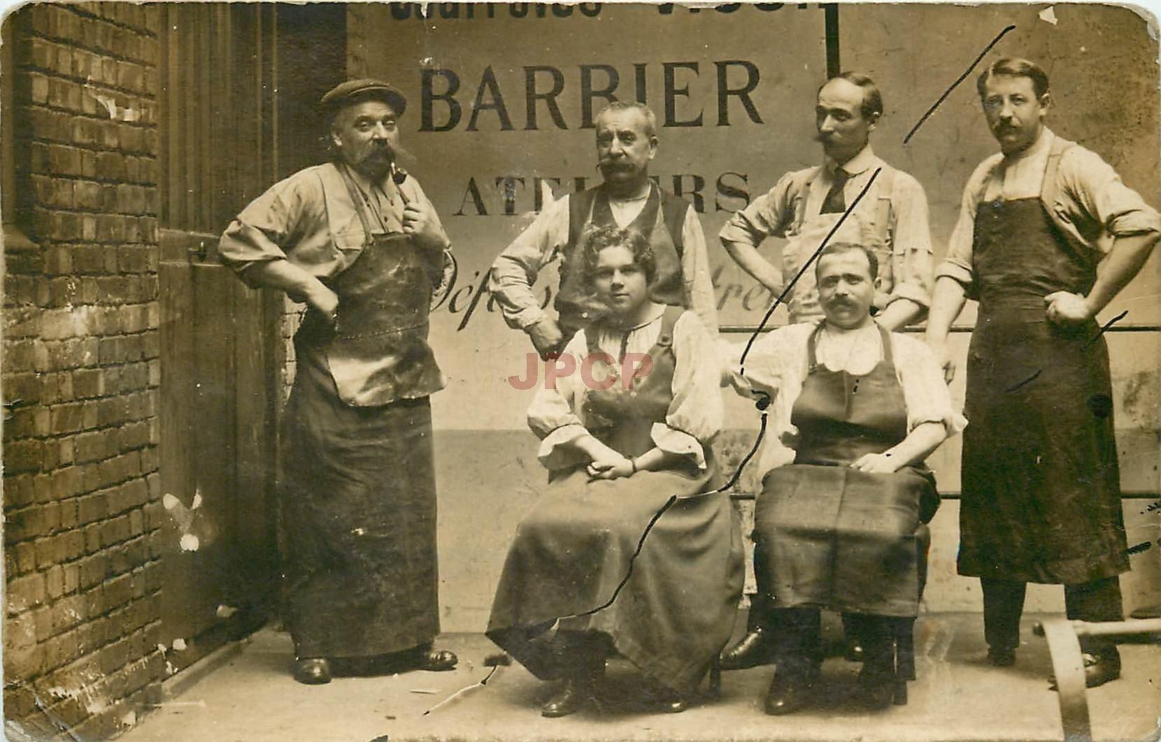 METIERS. Atelier de Barbier ou école de Barbiers. Photo carte postale