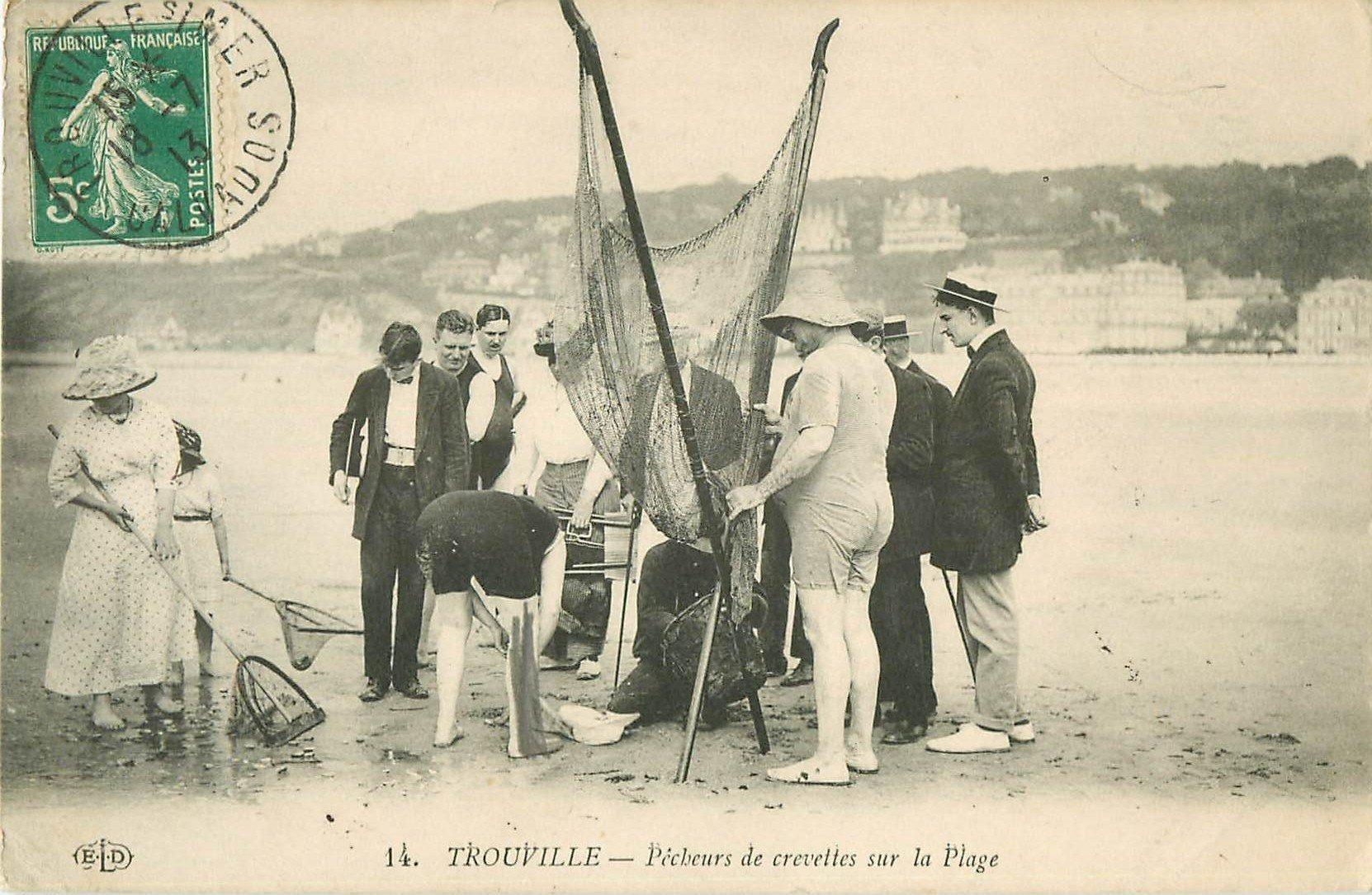 14 TROUVILLE. Pêcheurs de Crevettes sur la Plage 1913