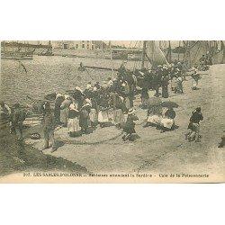 85 LES SABLES D'OLONNE. Sablaises attendant la Sardine dans la Cale de la Poissonnerie 1926