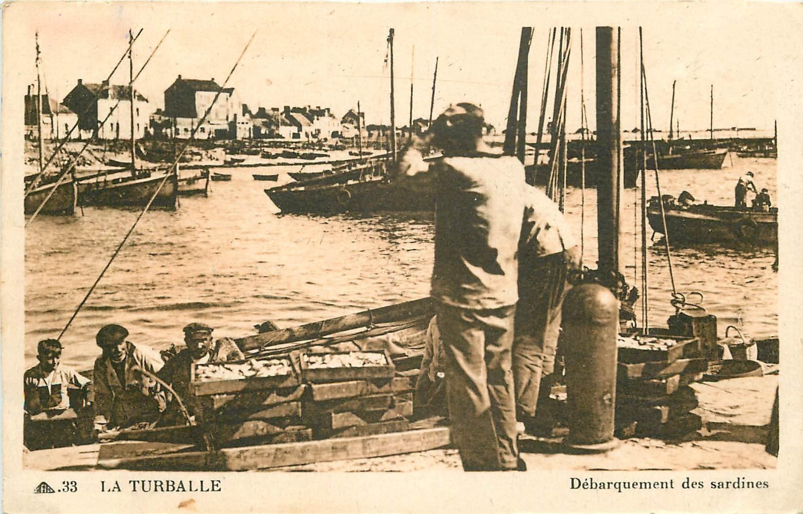 44 LA TURBALLE. Débarquement des Sardines par les Pêcheurs au Port 1947