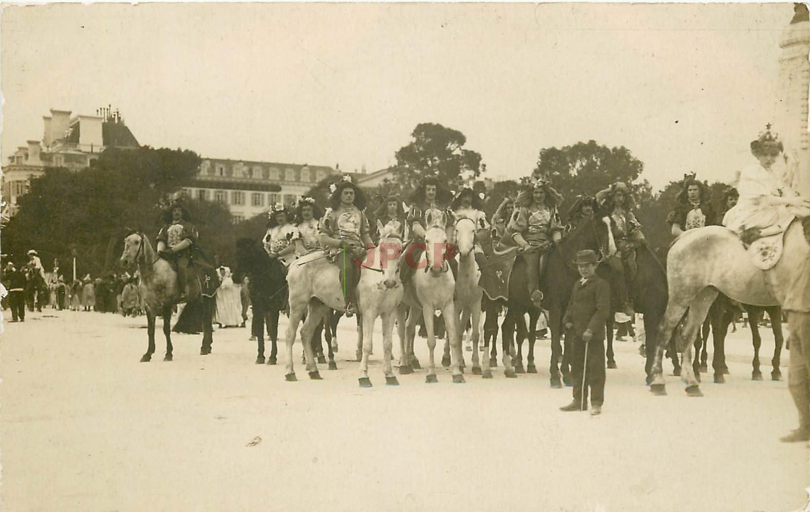 WW 52 CHAUMONT. Le Carvaval avec Cavaliers et Reine Travestis. Photo carte postale ancienne