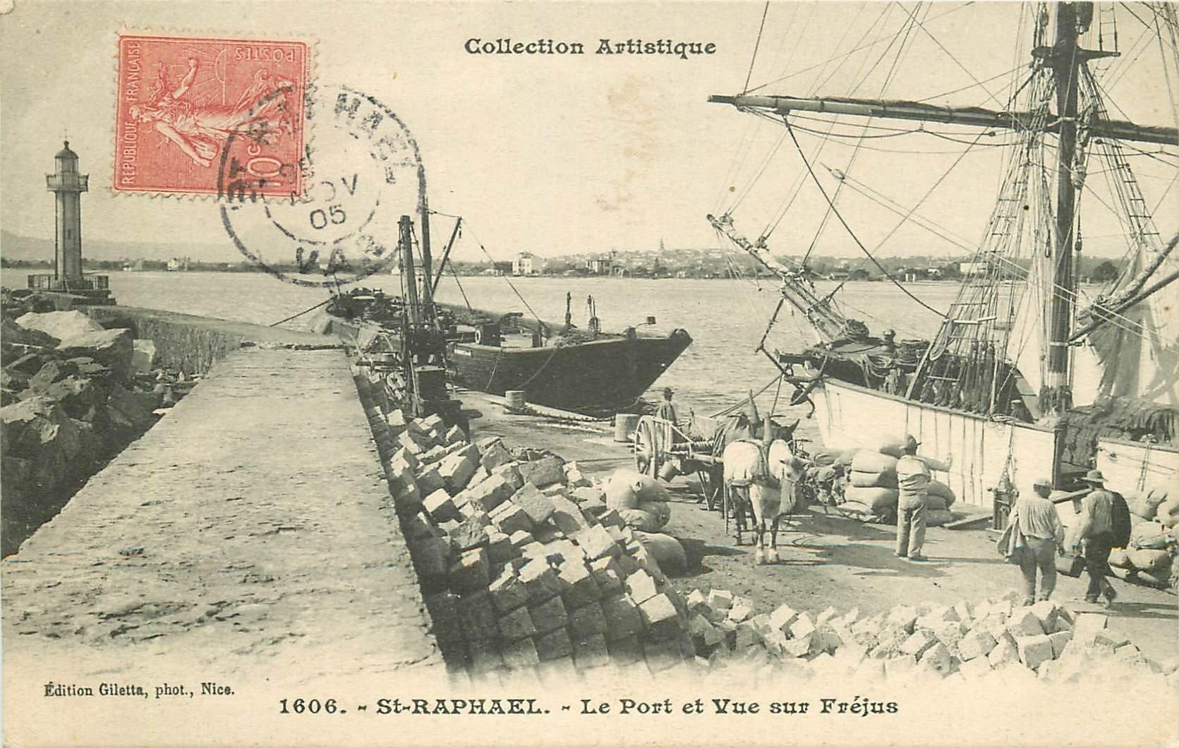 WW 83 SAINT-RAPHAËL. Le chargement des marchandises dans le Port et vue sur Fréjus 1905