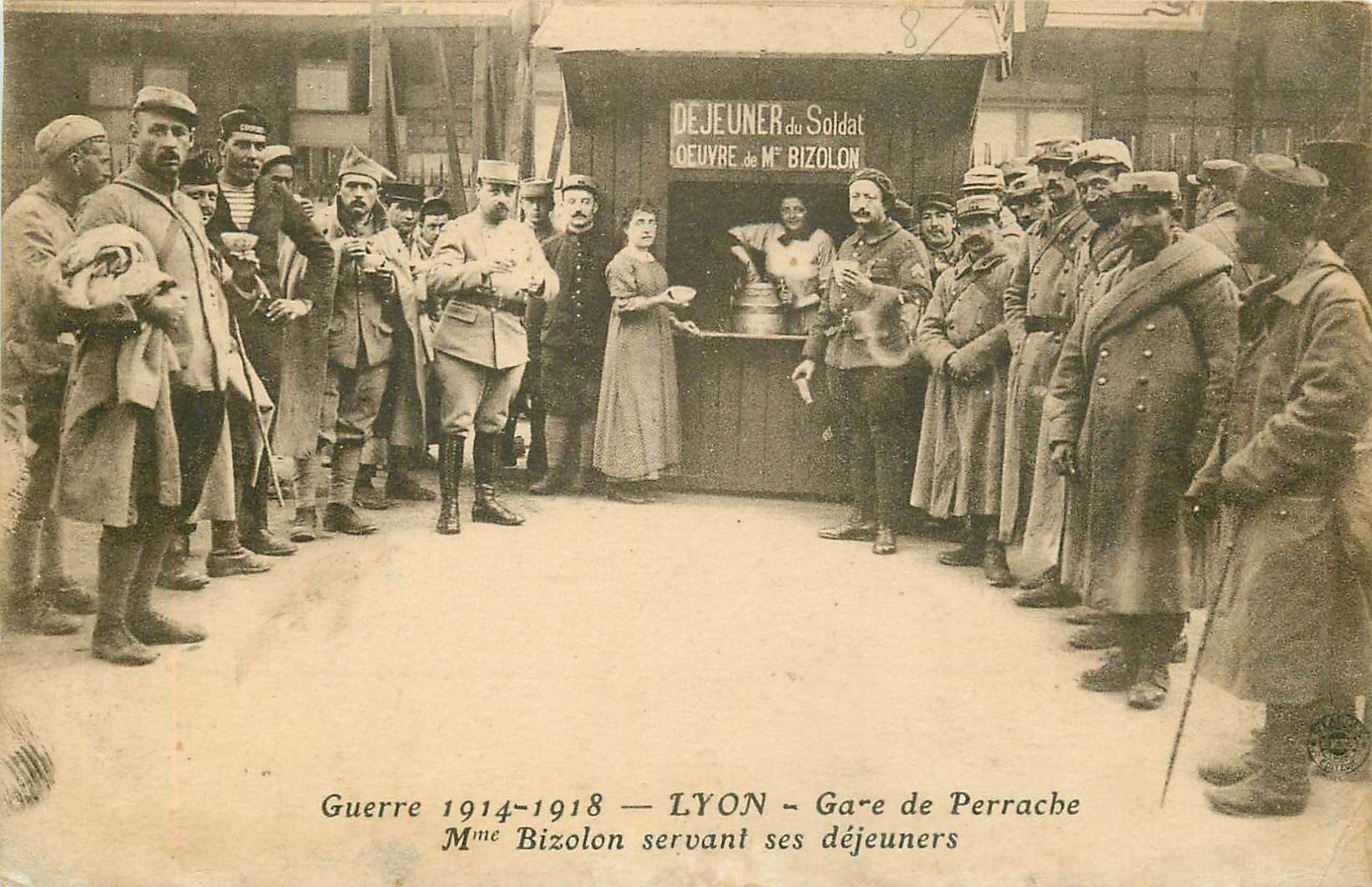 69 LYON. Bizolon servant ses déjeuners aux Soldats en Gare de Perrache 1918