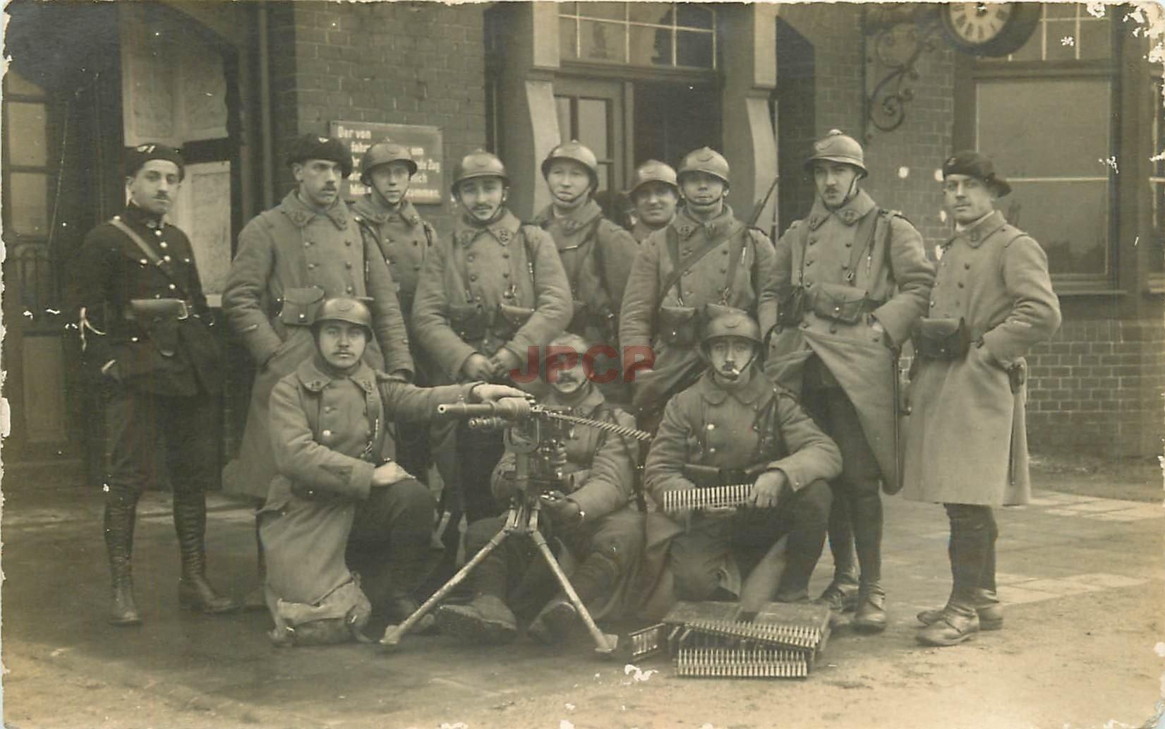 WW WESTERHOLT. Militaires de garde à la Gare avec mitrailleuse. Photo carte postale 1923
