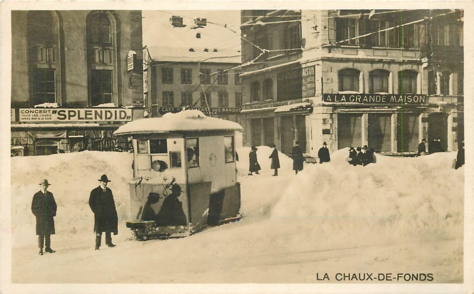 WW Suisse. LA CHAUX-DE-FONDS. Un Chasse Neige près de l'ancienne Poste et du Concert Splendid