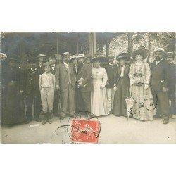 WW 03 VICHY. Rassemblement de Curistes devant l'Entrée des Termes. Photo carte postale 1909