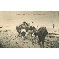 WW 33 ARCACHON. Parqueurs se rendant au Travail. Huîtres et métiers de la Mer