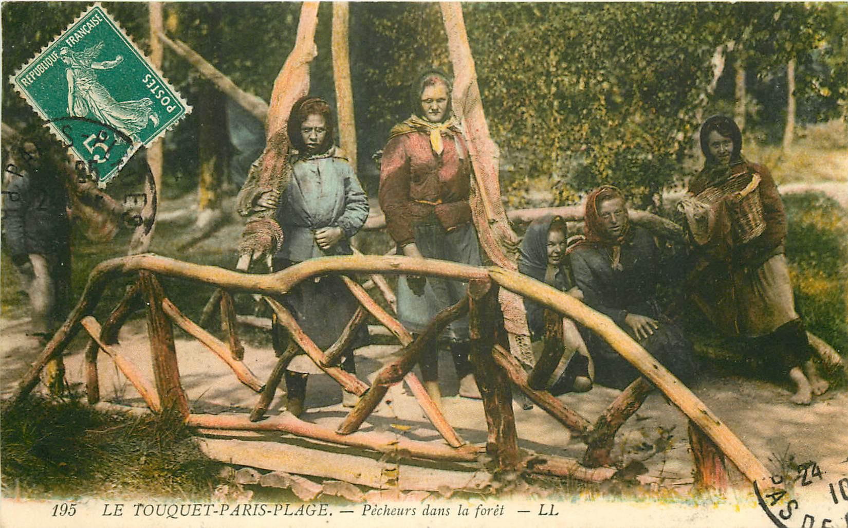 WW 62 LE TOUQUET PARIS-PLAGE. Pêcheuses de Crevettes dans la Forêt 1910