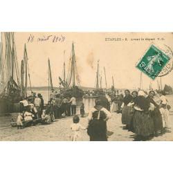 WW 62 ETAPLES. Les femmes accompagnant les Pêcheurs avant le Départ 1908