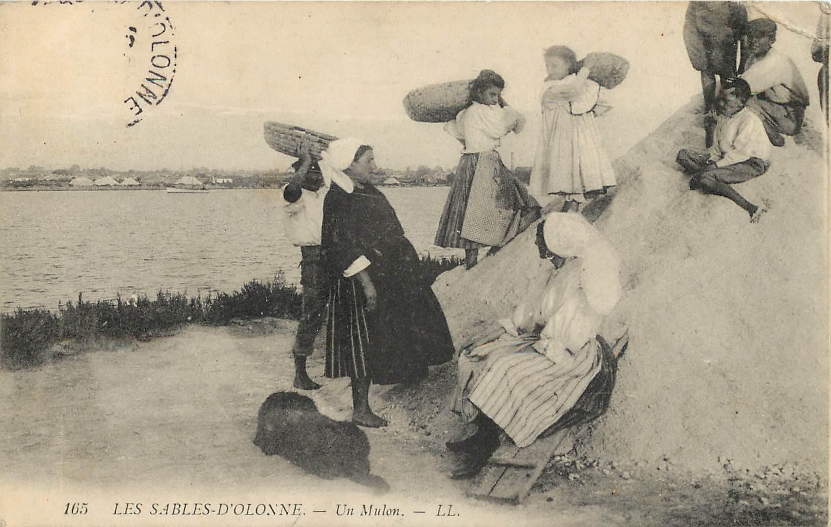 WW 85 LES SABLES D'OLONNE. Un Mulon et porteurs de Sel