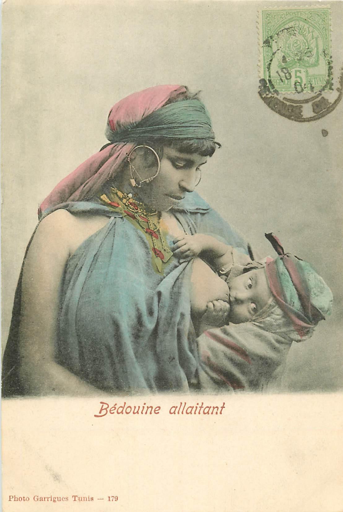 WW TUNISIE. Bédouine au sein nu allaitant son Enfant 1904