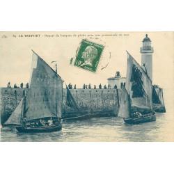WW 76 LE TREPORT. Départ de barques de Pêche pour une promenade en Mer et le Phare 1923
