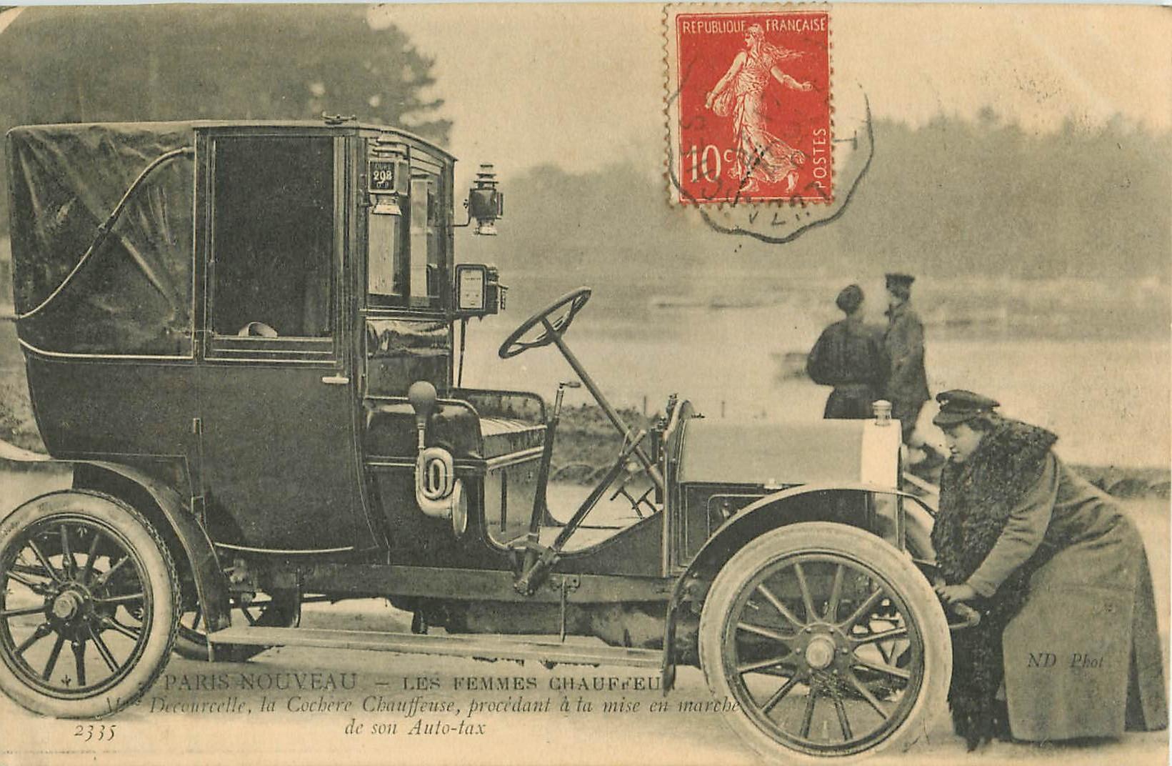 WW PARIS. Les Femmes Chauffeur de Taxis. Decourcelle cohère avec sa manivelle 1907
