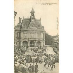 WW 60 SAINT-JUST-EN-CHAUSSEE. Revue militaire devant l'Hôtel de Ville 1917