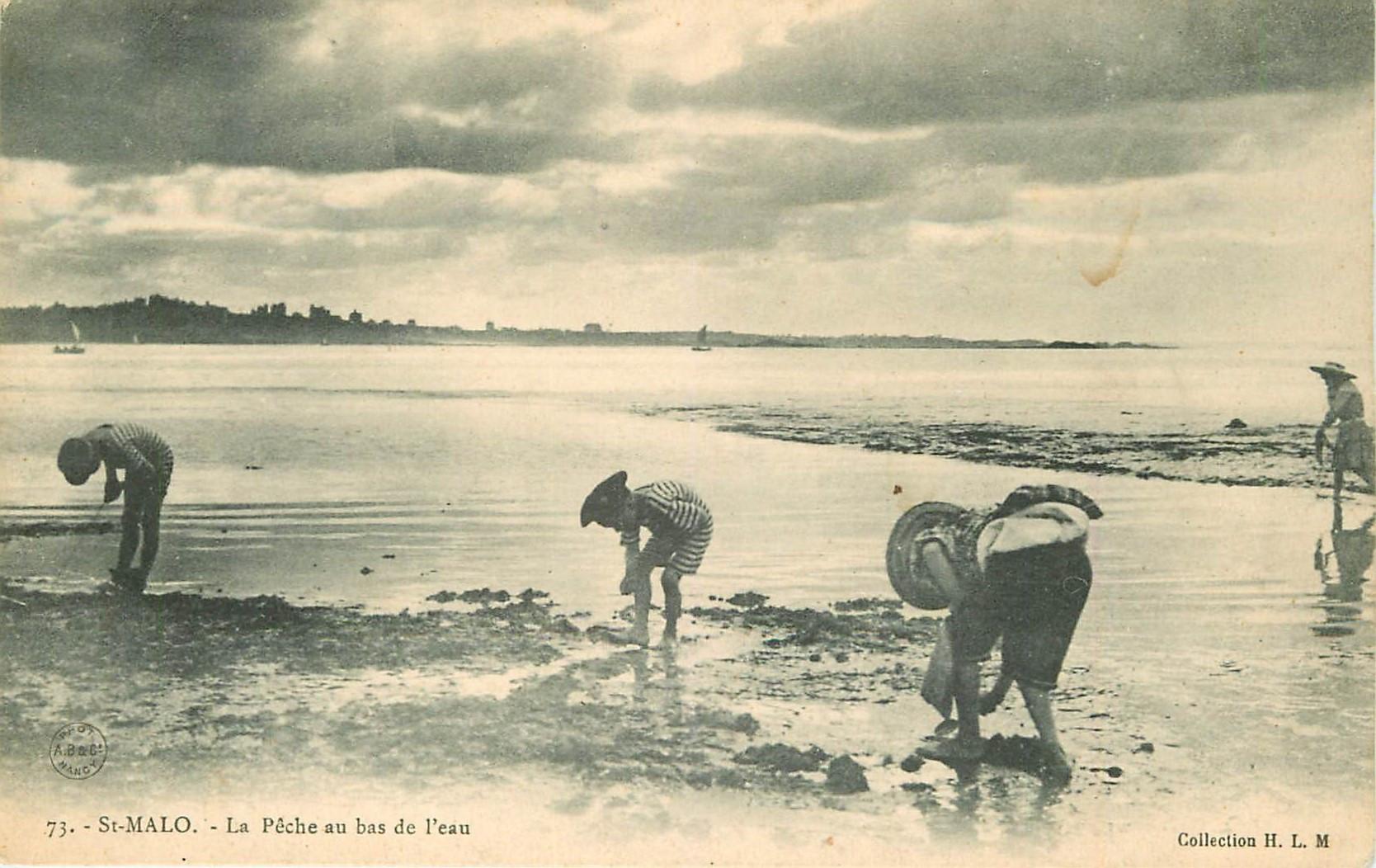 35 SAINT-MALO. La Pêche aux Crustacés au bas de l'eau vers 1900