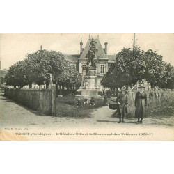 WW 24 VERGT. Animation devant l'Hôtel de Ville et Monument des Vétérans de 1870