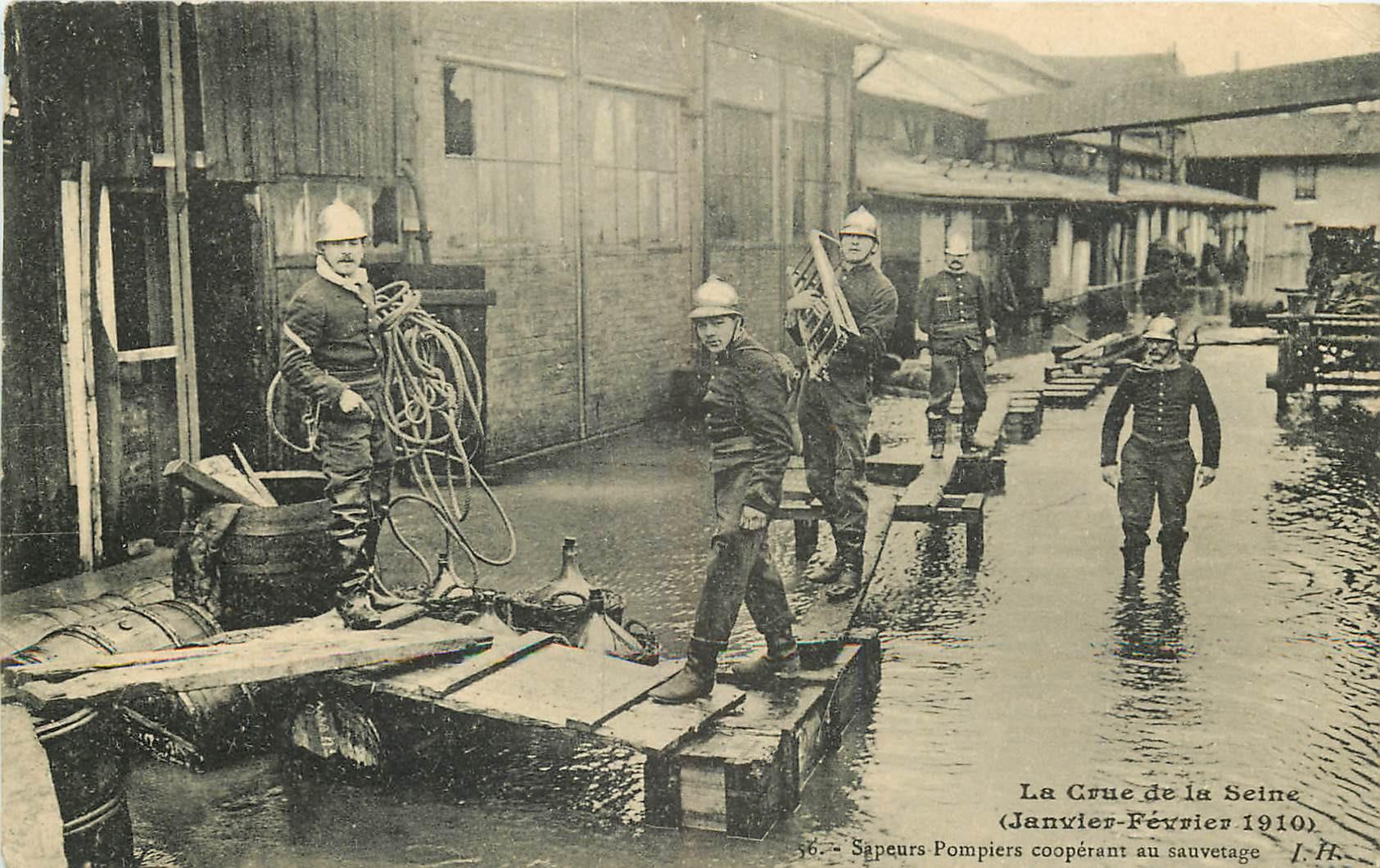WW PARIS. Crue Seine 1910. Sapeurs Pompiers au Sauvetage sur passerelles