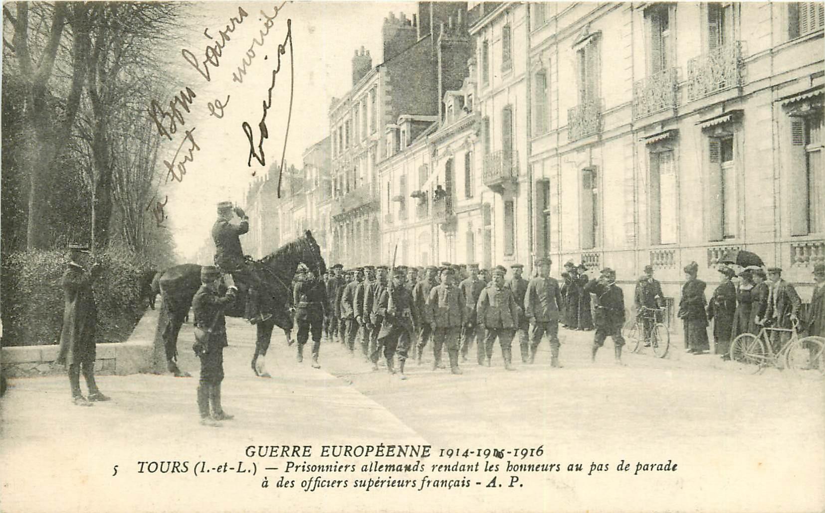 WW 37 TOURS. Prisonniers allemands rendant les honneurs au pas de parade 1916