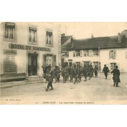 WW 88 CORCIEUX. Les Réservistes rentrant de marche devant l'Hôtel du Commerce 1918