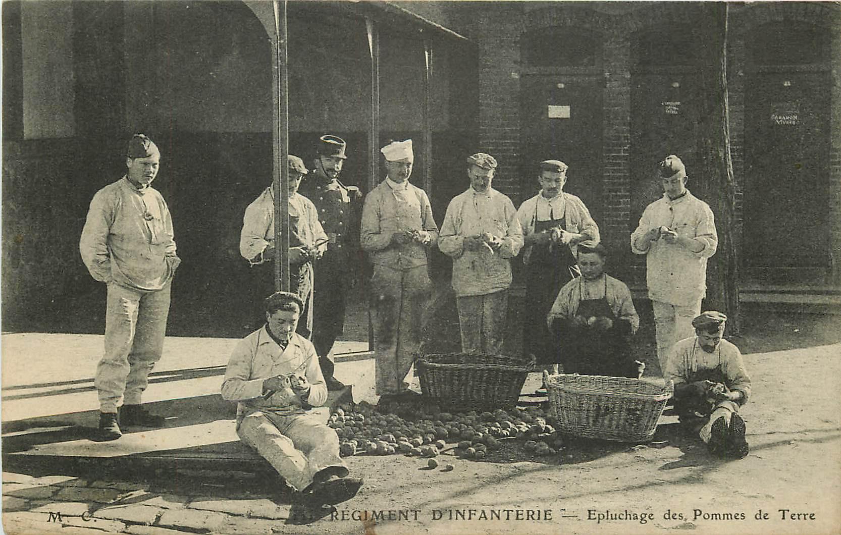 WW MILITAIRES. Régiment d'Infanterie avec l'épluchage des Pommes de Terre 1911