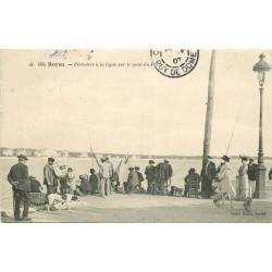 WW 17 ROYAN. Pêcheurs à la ligne sur le Quai du Port 1907