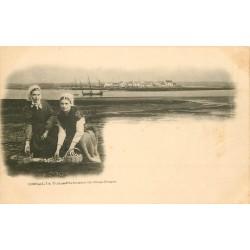 29 L'ILE DE TUDY. Pêcheuses de Coquillages vers 1900