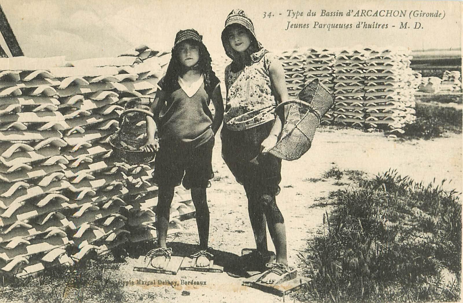 33 ARCACHON. Jeunes Parqueuses d'Huîtres avec sandales en bois