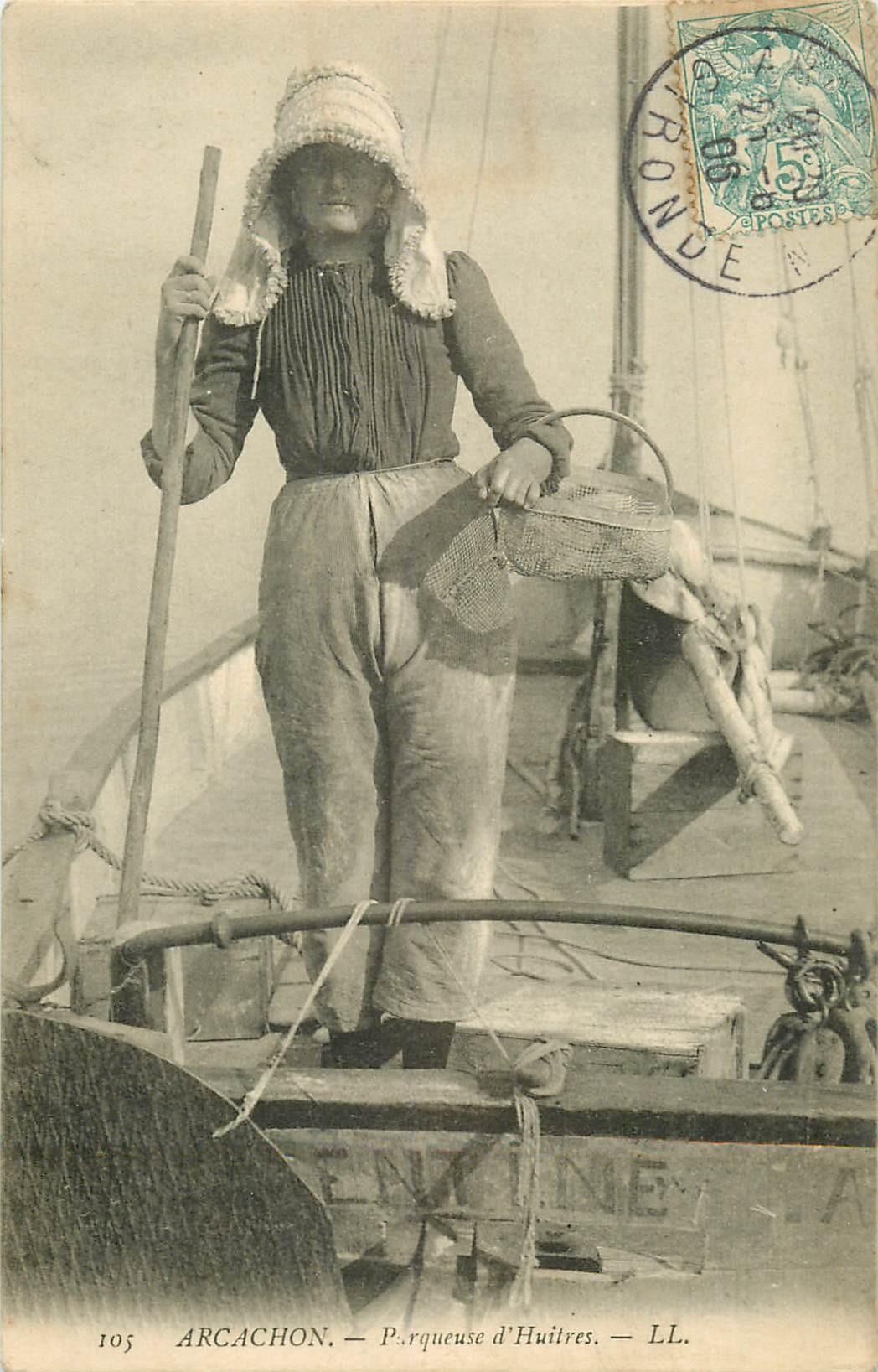 33 ARCACHON. Parqueuse d'Huîtres avec son bonnet 1906 en barque