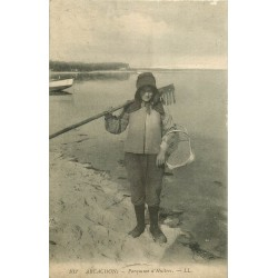 33 ARCACHON. Parqueuse d'Huîtres avec son rateau