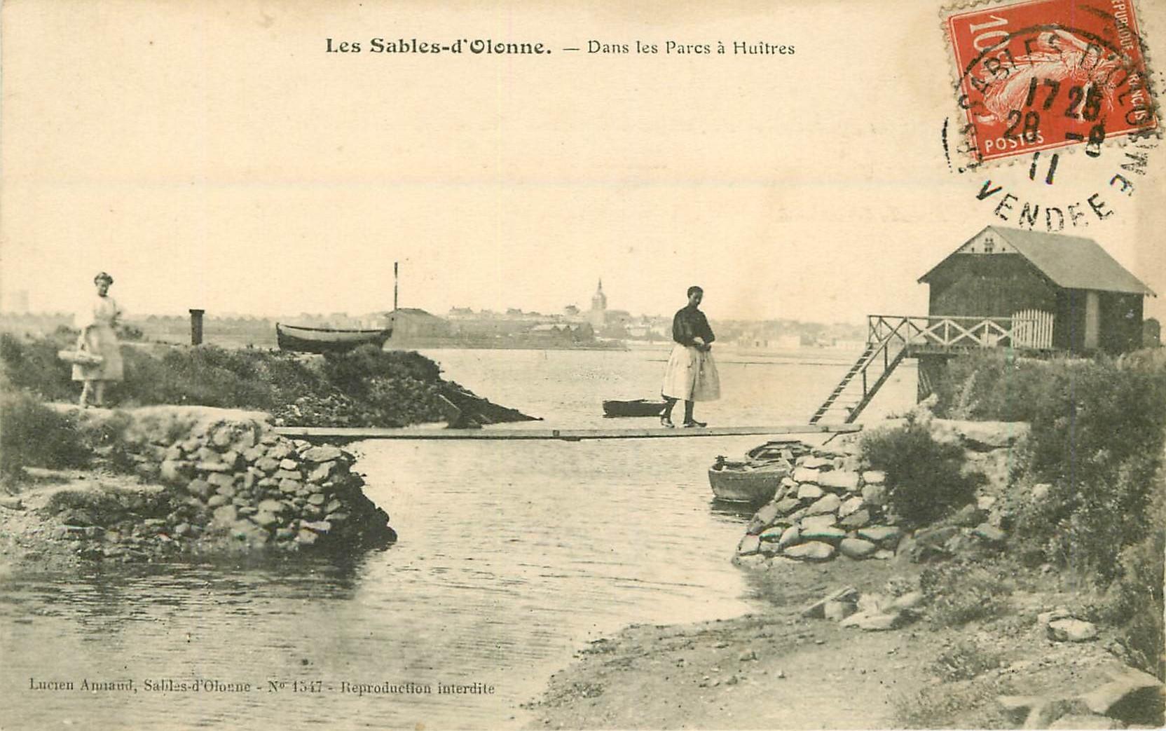 85 LES SABLES D'OLONNE. Parqueuses dans les Parcs à Huîtres 1911