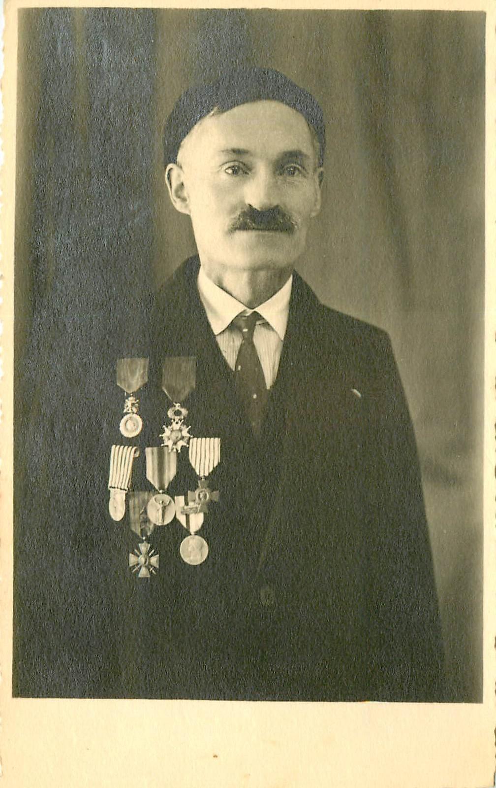 WW PARIS XVIII. Photo Cpa d'un Chevalier de la Légion d'Honneur et autres médailles