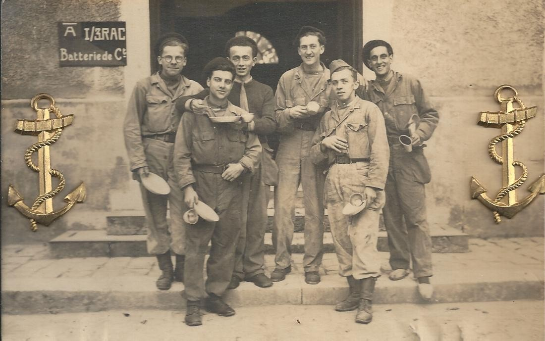 27 VERNON. Véritable Photo format Cpa de Militaires en 1946 avec deux ancres en ajoutis