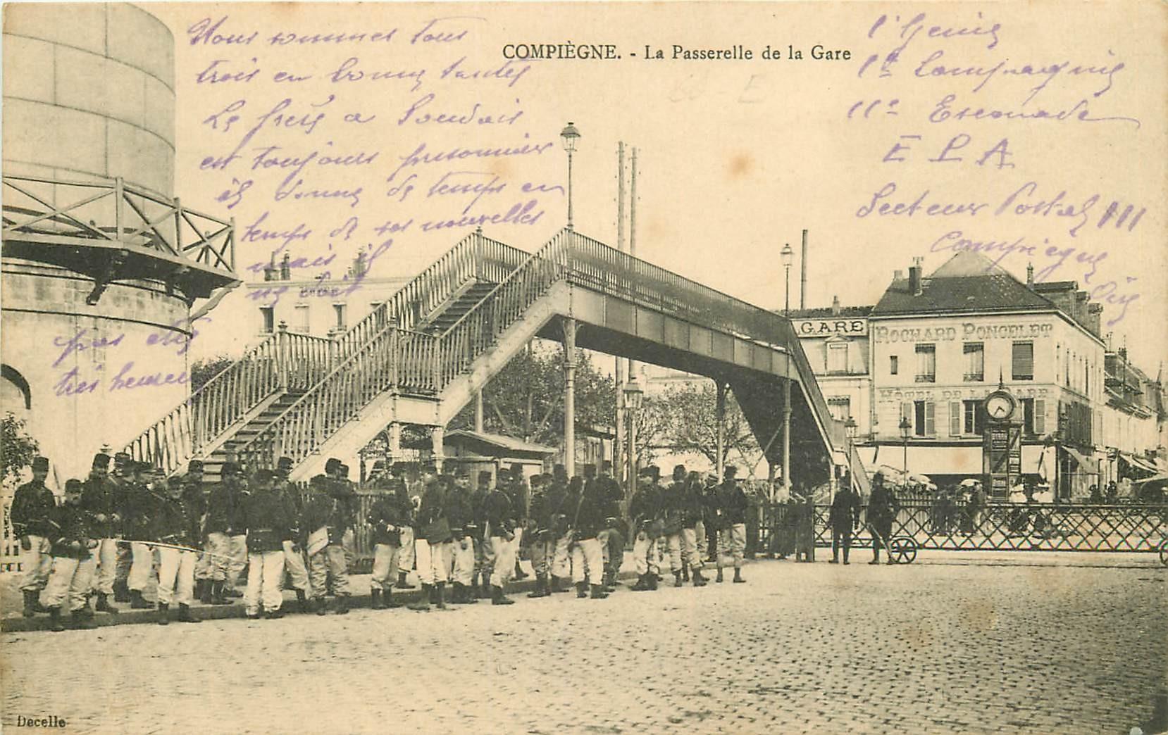 60 COMPIEGNE. La Passerelle de la Gare avec Militaires 1915