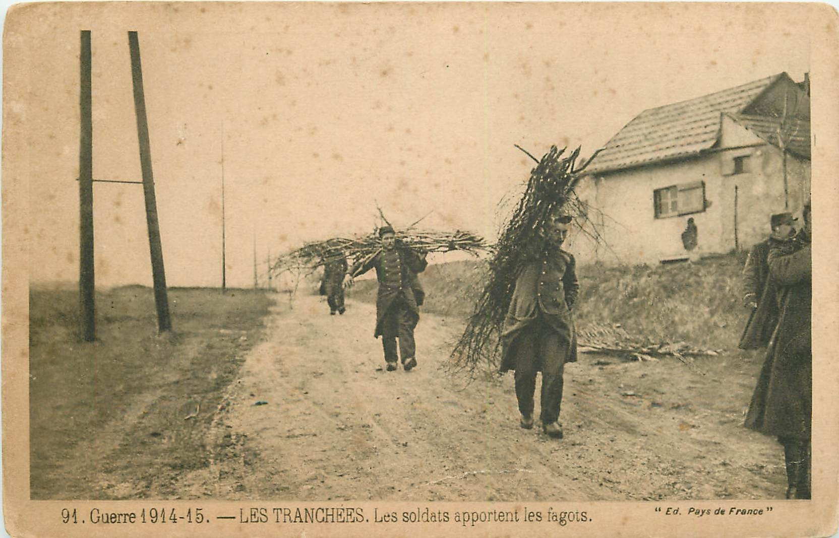 WW MILITAIRES. Les Soldats apportent les fagots dans les Tranchées