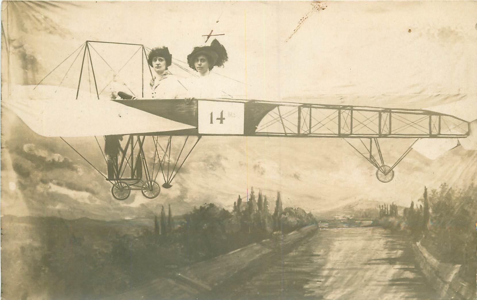 WW 03 VICHY. Photo Cpa montage de femmes sur un Aéroplane à l'Aérodrome