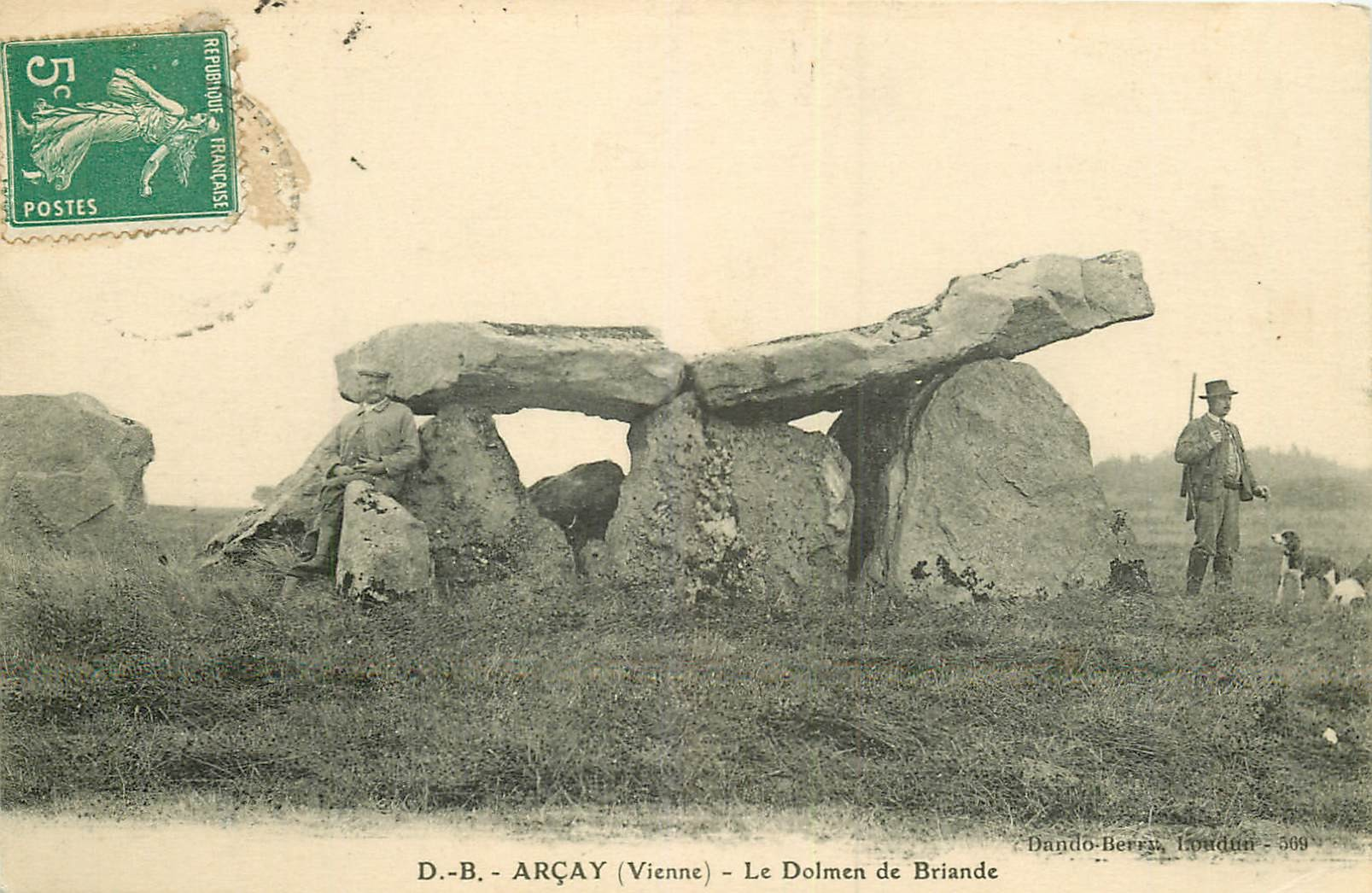 WW 86 ARCAY. Chasseur près du Dolmen de Briande 1911
