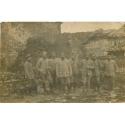 WW MILITARIA. Groupe de Poilus Soldats dans les Ruines photo carte postale Guerre 1914