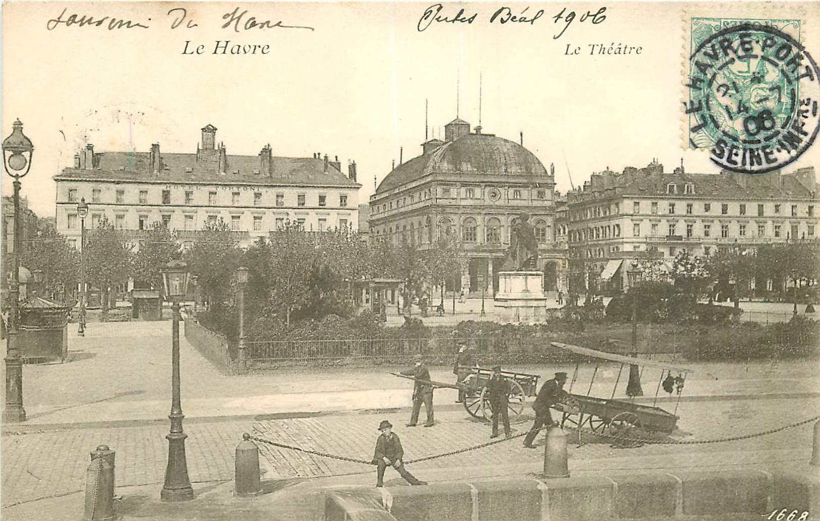 WW 76 LE HAVRE. Vendeurs ambulants avec charrettes devant le Théâtre 1906