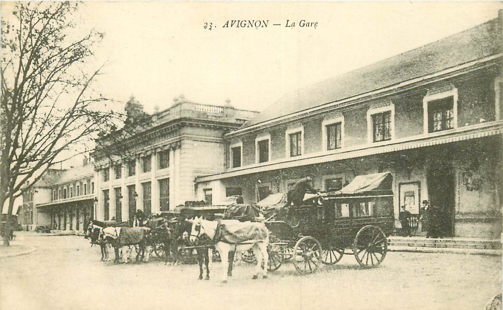 WW 84 AVIGNON. Attelages diligences devant la Gare 1918