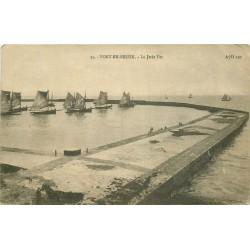 WW 14 PORT-EN-BESSIN. Bateaux de Pêche dans la Jetée Est