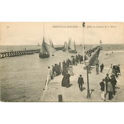 WW 14 TROUVILLE. Bateaux de Pêcheur au moment de la Marée aux Jetées