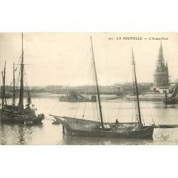 WW 17 LA ROCHELLE. Barques et Bateaux de Pêche dans l'Avant-Port
