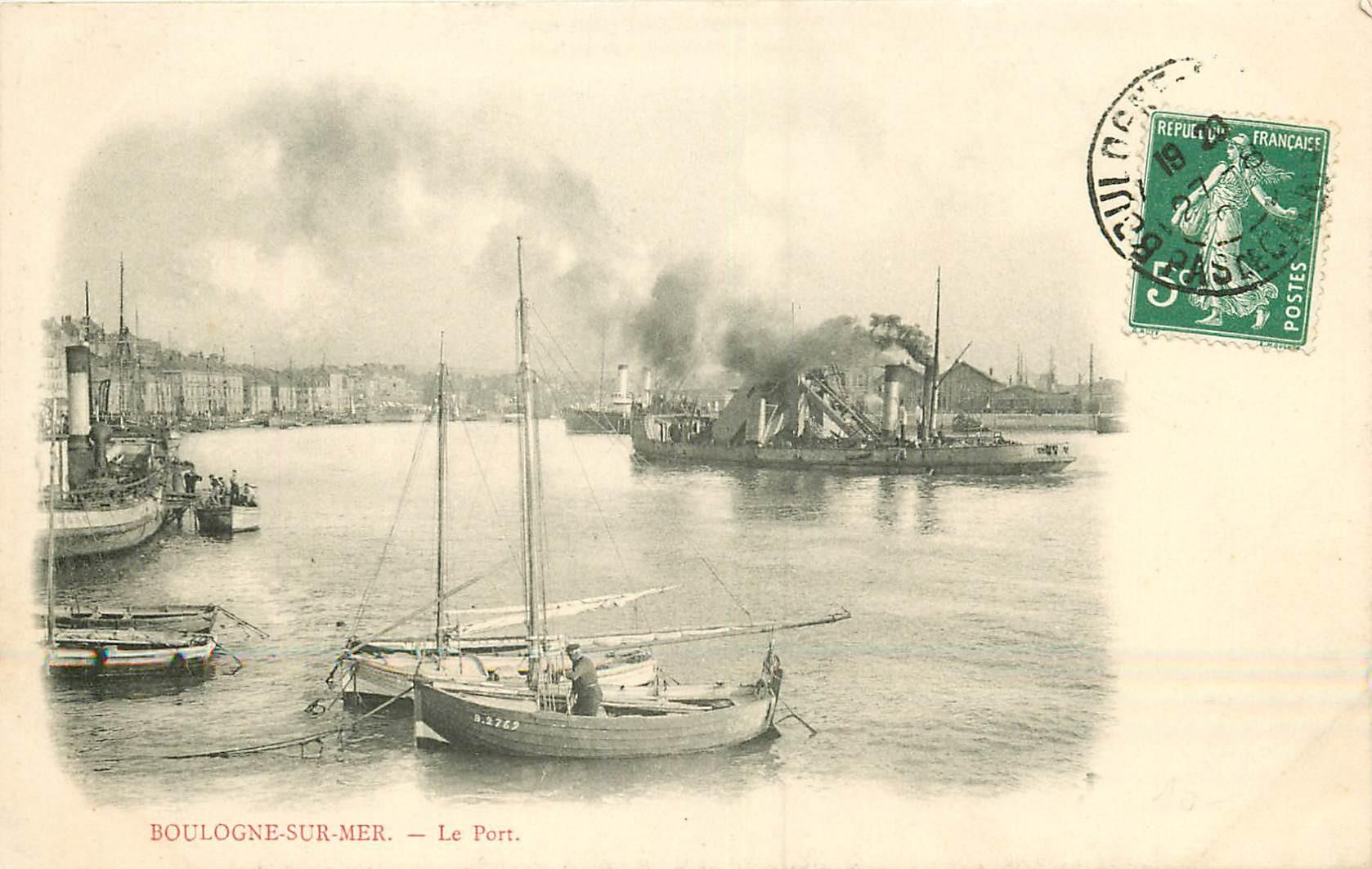 WW 62 BOULOGNE-SUR-MER. Navire dragueur de vase et Barques de Pêcheurs vers 1908