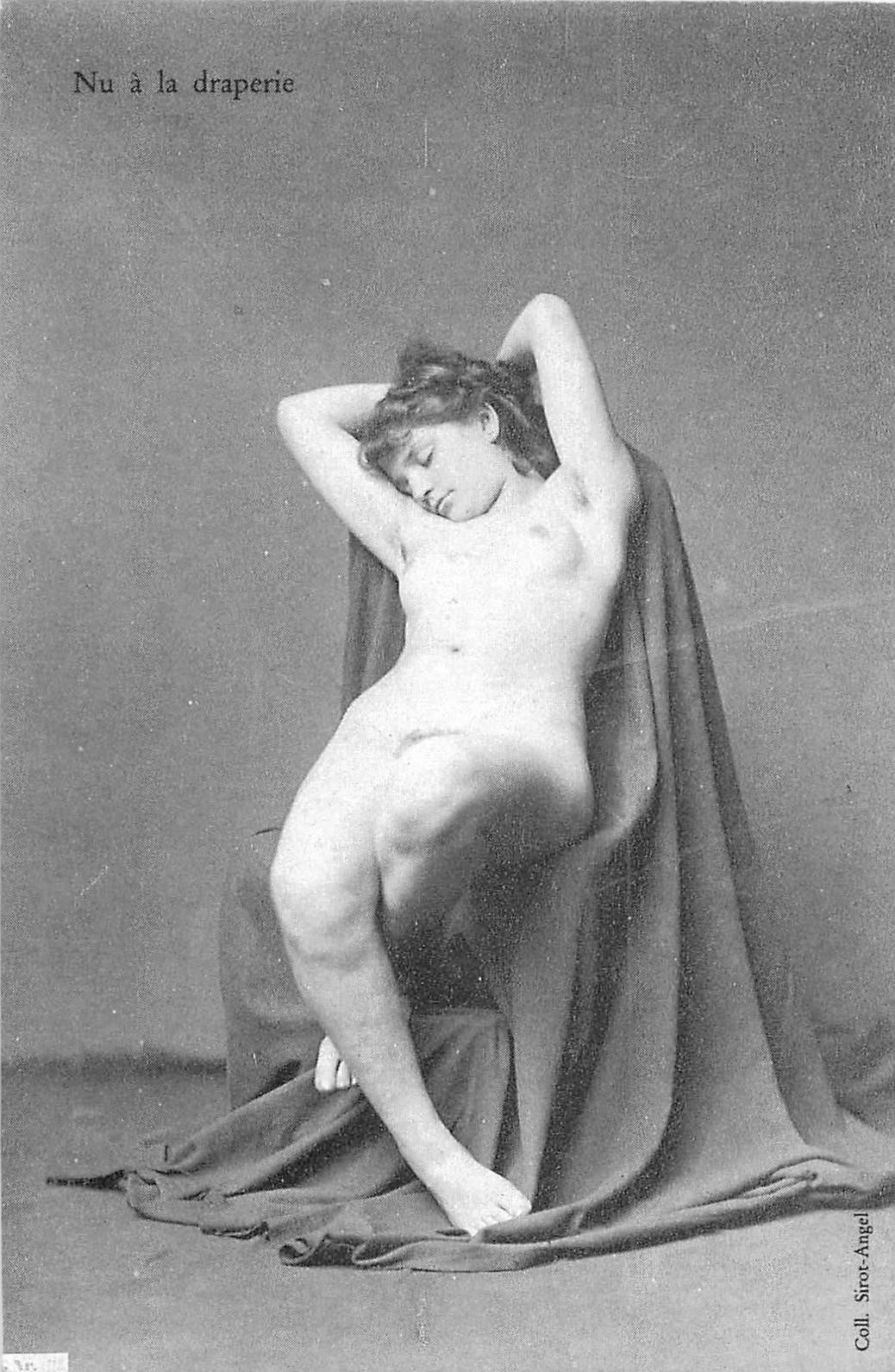 NUS. Erotisme sexy Femme nue assise à la draperie
