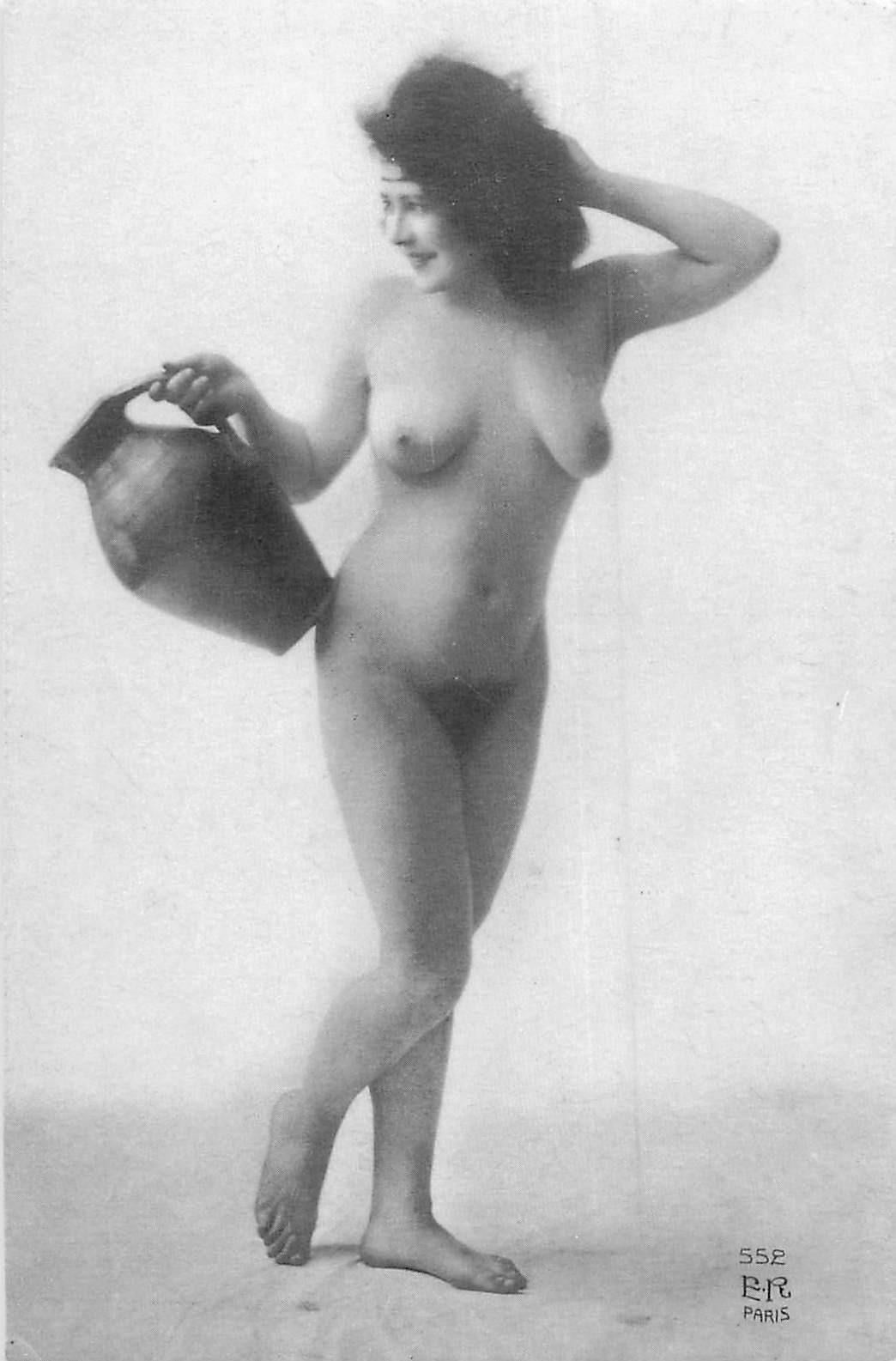 NUS. Erotisme sexy Femme nue assise à la cruche