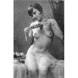 NUS. Erotisme sexy Femme nue assise aux dattes