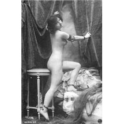NUS. Erotisme sexy Femme nue assise avec guéridon et bracelets