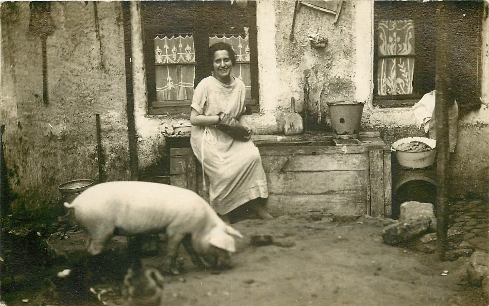 Photo carte postale d'une Fermière et son Cochon...